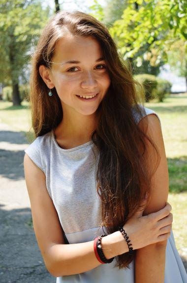 Mujer adolescente sonriendo
