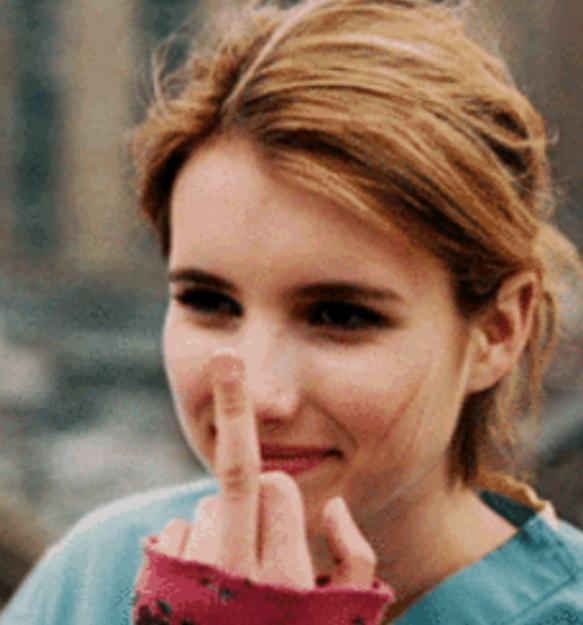 Mujer señalando con el dedo burlandose
